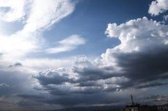Nuages de tempête foncés au-dessus de la ville Image stock