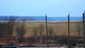 Nuages de Timelapse se déplaçant au-dessus du champ Longueur de paysage de ressort clips vidéos