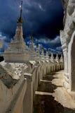Nuages de tonnerre au-dessus d'un temple ! Photo stock