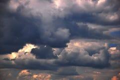 Nuages de tonnerre sur le coucher du soleil Images libres de droits