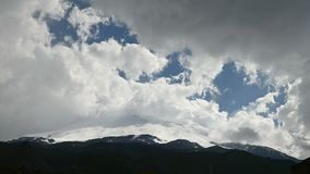 nuages de tourbillonnement du timelapse 4k sur un volcan couvert de neige de sommeil Elbrus de montagne Caucase du nord Russie S' banque de vidéos
