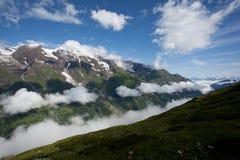 Nuages de vallée de montagne Photographie stock
