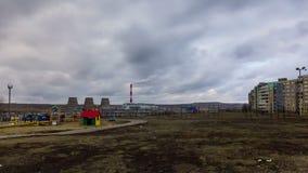 Nuages denses au-dessus de parc et d'usine de production combinée de chaleur et d'électricité banque de vidéos