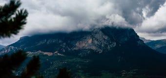 Nuages denses cachant la crête de montagne sur égaliser nuageux et pluvieux image stock