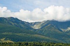 Nuages descendant au-dessus des crêtes de montagne photos libres de droits