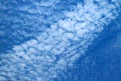 Nuages dispersés blancs sur le ciel bleu vif image stock