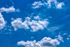 Nuages drôles sur le ciel bleu Images libres de droits