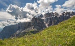 Nuages dramatiques au-dessus de pré dans Passo Gardena, Italie Photo stock