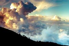 Nuages dramatiques au-dessus des montagnes de Troodo cyprus images stock