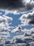 Nuages dramatiques bleus photographie stock