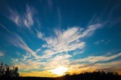 Nuages dramatiques de ciel de coucher du soleil dans Taimyr Image libre de droits