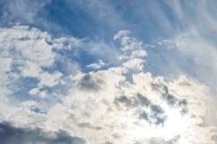 Nuages dramatiques de lumière du soleil de ciel de fond image libre de droits
