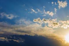 Nuages dramatiques de lumière du soleil de ciel de fond images stock