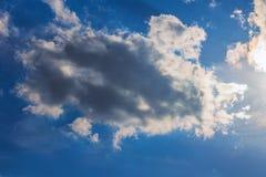 Nuages dramatiques de lumière du soleil de ciel de fond photographie stock libre de droits