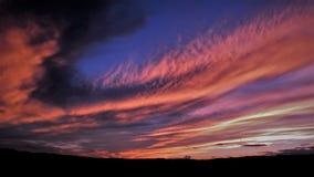 Nuages dramatiques et coucher du soleil coloré Photos stock