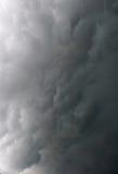Nuages dramatiques gris orageux dans le ciel avant orage Photos libres de droits