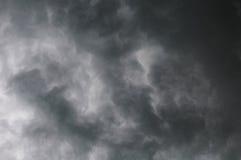 Nuages dramatiques gris orageux dans le ciel avant orage Photographie stock