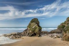 Nuages effilés, Humphrey Rock noir, plage de Whipsiderry, Newquay, C image stock
