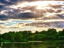 Nuages en bois d'eau de rivière de coucher du soleil image libre de droits