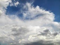 Nuages en ciel. photos stock