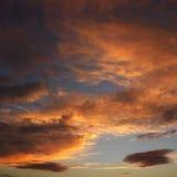 Nuages en ciel avec le coucher du soleil. photographie stock libre de droits