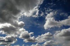 Nuages en ciel bleu photographie stock libre de droits