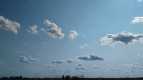 Nuages en ciel bleu Photos stock