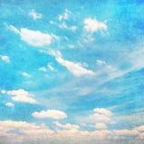 Nuages en ciel bleu d'été - vintage Image libre de droits