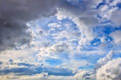 Nuages en cieux bleus Images libres de droits