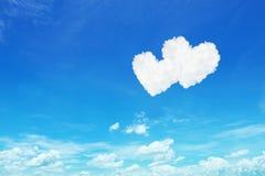 nuages en forme de coeur blancs de couples sur le ciel bleu Photo libre de droits