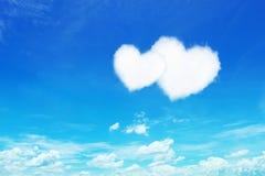 nuages en forme de coeur blancs de couples sur le ciel bleu Images stock