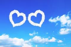 nuages en forme de coeur blancs de couples sur le ciel bleu Photographie stock libre de droits