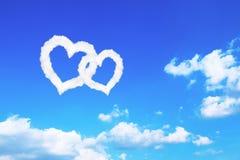 nuages en forme de coeur blancs de couples sur le ciel bleu Photos stock