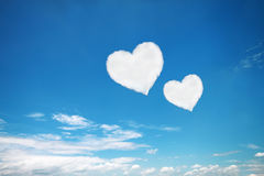 nuages en forme de coeur blancs de couples sur le ciel bleu Photographie stock