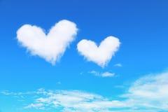 nuages en forme de coeur blancs de couples sur le ciel bleu Image stock