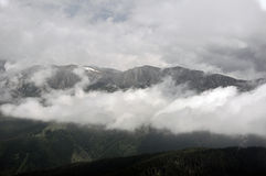Nuages en montagnes Photo stock