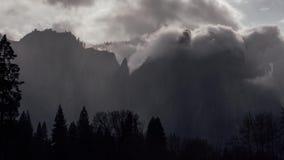 Nuages en vallée de Yosemite, la Californie banque de vidéos