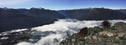 Nuages entre les montagnes images stock