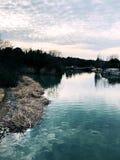 Nuages et étang d'hiver Photos libres de droits