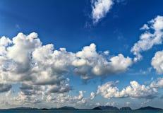 Nuages et îles dans la distance Photographie stock libre de droits