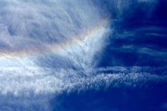 Nuages et arc-en-ciel laineux Images stock