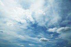 Nuages et bleu photographie stock