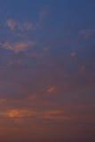Nuages et ciel au coucher du soleil photos stock
