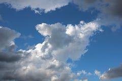 Nuages et ciel bleu Image stock