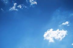 Nuages et ciel bleu Photos stock