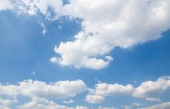 Nuages et ciel bleu d'espace libre Images libres de droits