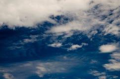 Nuages et ciel bleu profond Images libres de droits