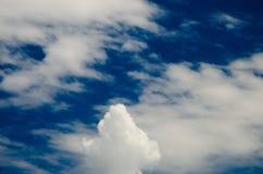 Nuages et ciel bleu profond beaucoup de copyspace Tiré utilisant COMPLET Photos stock