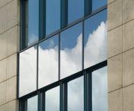 Nuages et ciel dans les hublots Image libre de droits