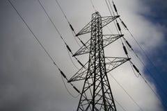 Nuages et ciel de pylône de l'électricité Images libres de droits